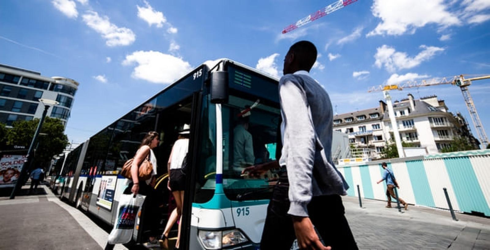 Un arrêt de bus face à la gare